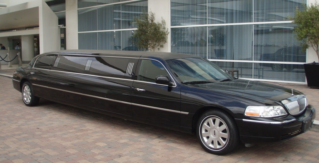 black lincoln towncar limo